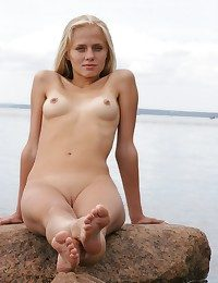 Outdoor-loving cutie, bare, open and evil into the middle the rocky coast.